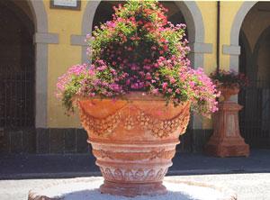 Riesiger bepflanzter Terracotta-Topf in Impruneta
